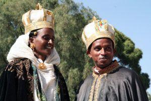 Para młoda przed kościołem w Aksum